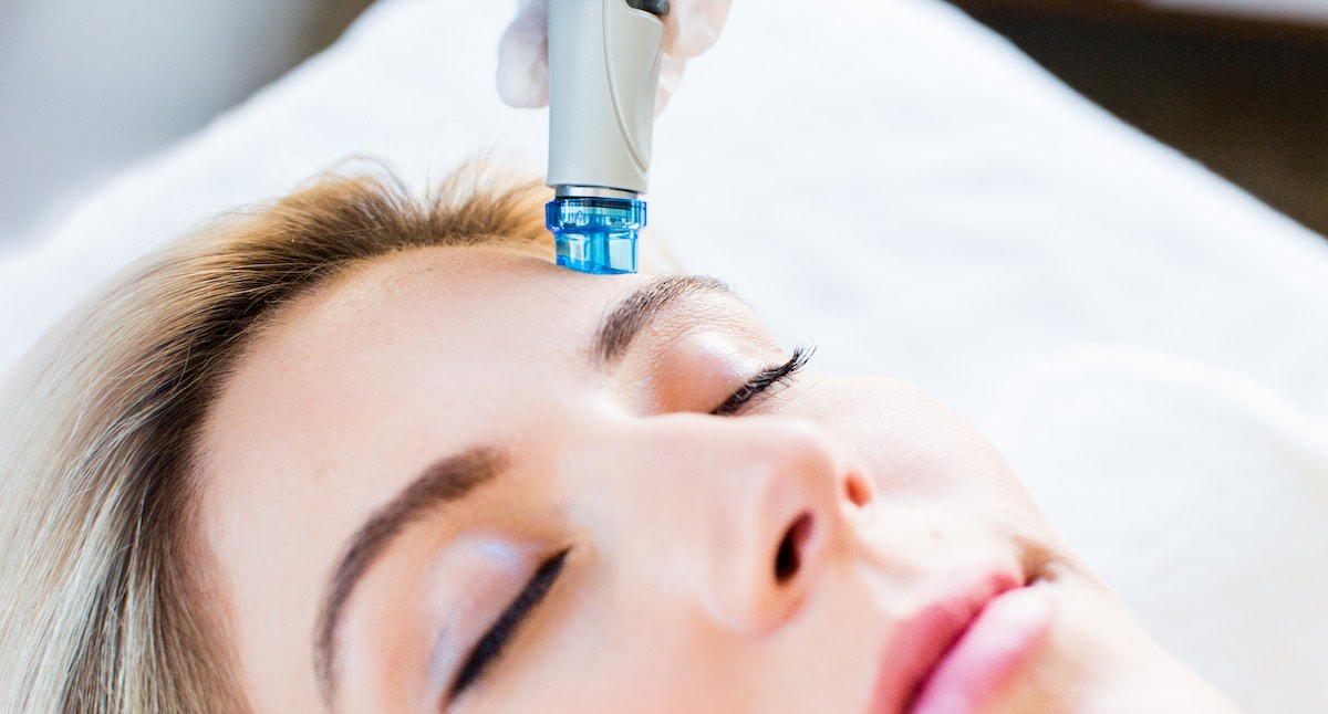 HydraFacial treatment removes dead skin cells and extracts impurities from the skin.